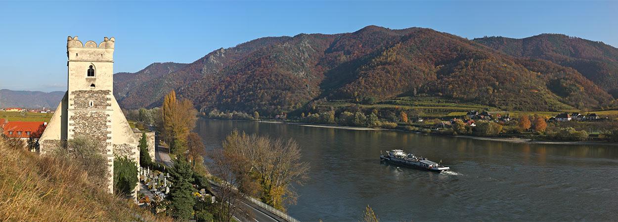 Rund um Spitz: Blick über die Donau, Schiff, Wehrkirchen St. Michael